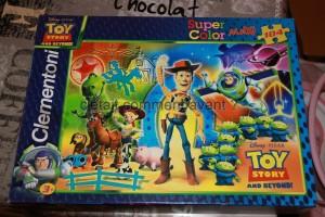 un puzzle toy story, ses personnages préférés. Beaucoup de pièces mais grosses et on l'a fait ensemble, elle commence à bien y arriver !