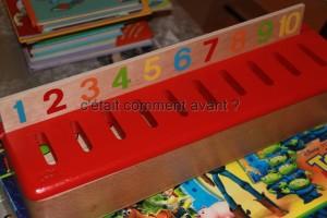 un jeu de tri montessori qui ne la passionne pas du tout, a part demonter la boite ;-)