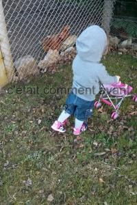 Promener sa poupée et aller voir les poule<3