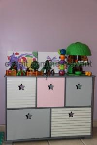 le meuble pour ranger les jouets et les toiles de mes neveux derrière